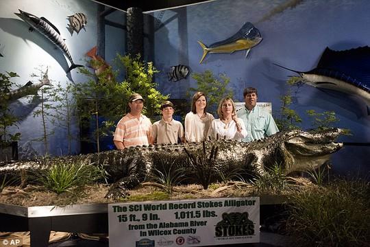Các thành viên nhà Stokes và con cá sấu