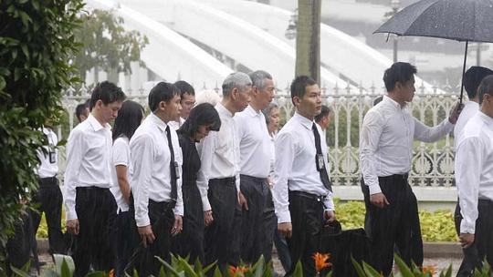 Thủ tướng Lý Hiển Long và người thân theo sau linh cữu cha. Ảnh: Straits Times