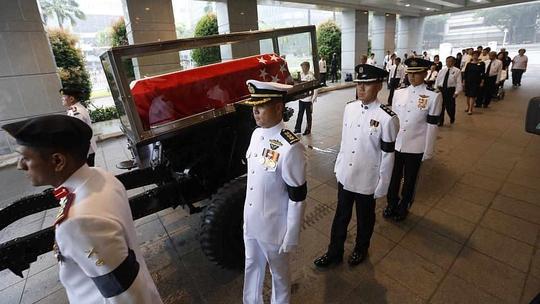 Linh cữu ông Lý Quang Diệu rời khỏi Tòa nhà Quốc hội. Ảnh: Straits Times