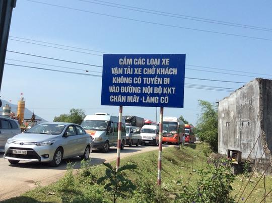 Nhiều xe chen chúc qua lại trên Quốc lộ 1 đoạn qua xã Lộc Tiến, huyện Phú Lộc