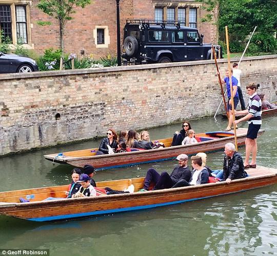Cả gia đình David Beckham dạo sông