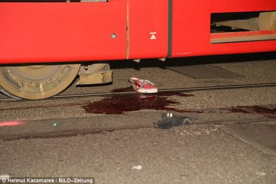 Vũng máu bên dưới tàu điện. Ảnh: Bild