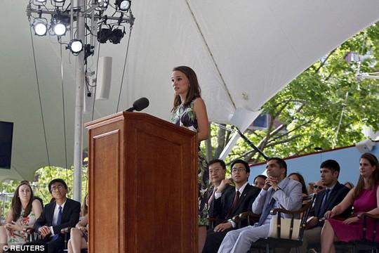 Cô diễn thuyết sau bài phát biểu của các sinh viên