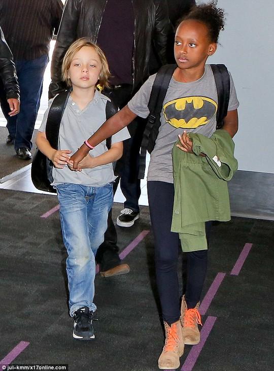 Zahara dắt tay Knox
