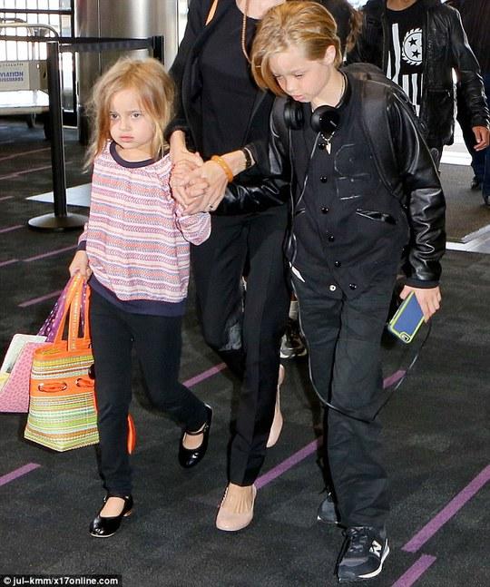 Angelina lo cho Shiloh và bé Vivienne