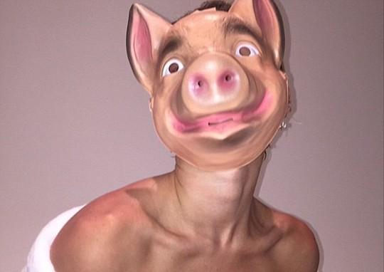 Miley chụp ảnh cùng mặt nạ lợn