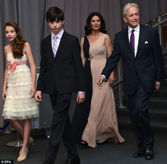 Michael Douglas được vợ Catherine Zeta-Jones và hai con tháp tùng đến nhận giải thưởng Genesis