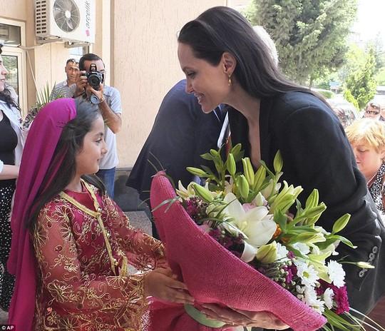 Angelina Jolie nhận hoa chào đón
