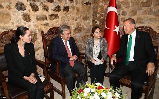 Và thảo luận với Tổng thống Thổ Nhĩ Kỳ Recep Tayyip Erdogan (phải)