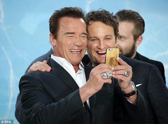 """""""Bông hồng"""" Anh sánh bước Arnold Schwarzenegger trên thảm đỏ"""