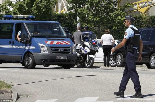 Cảnh sát phong tỏa để điều tra