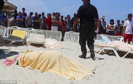 Thi thể các nạn nhân trên bãi biển