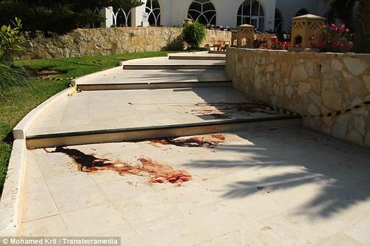 Vết máu loang lổ trên lối vào khách sạn