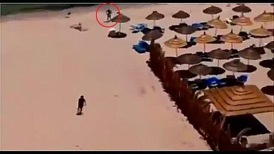 Đoạn video cho thấy Mahdi theo sau tay súng trên bãi biển. Ảnh: Daily Mail