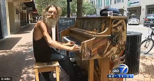 Gây sốt trên mạng xã hội nhờ tài chơi piano tuyệt vời!