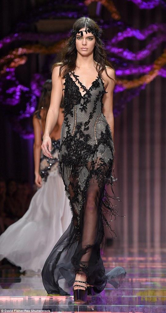 Kendall Jenner trình diễn trong sô Versace