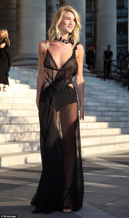 Rosie Huntington-Whiteley và trang phục đen mỏng manh