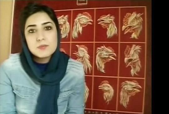 Atena Farghadani, 29 tuổi, bị buộc tội thiếu đứng đắn sau khi bắt tay nam luật sư