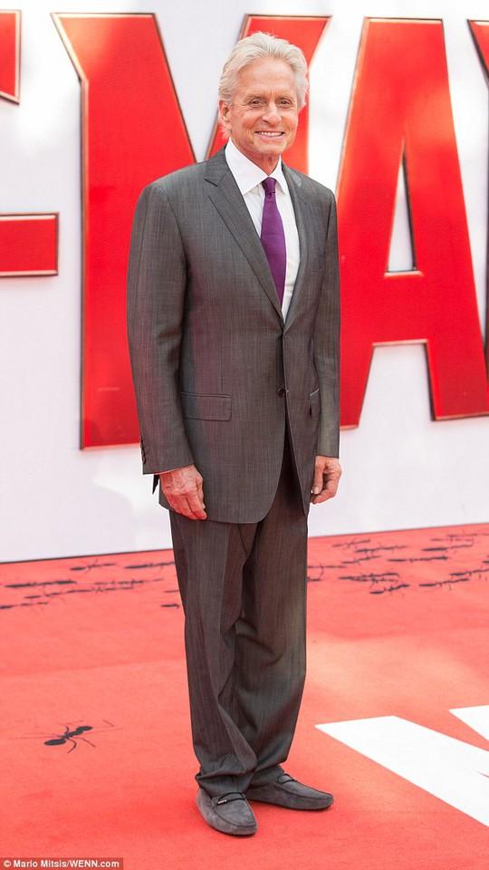 Michael Douglas lịch lãm với vest