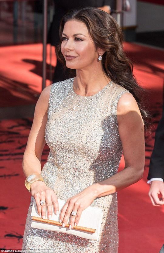 Catherine Zeta-Jones trông trẻ hơn tuổi