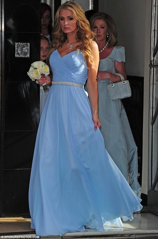 Nhẫn kim cương to trên tay Paris Hilton suýt mất nhưng được người lính cứu hỏa tốt bụng nhặt được