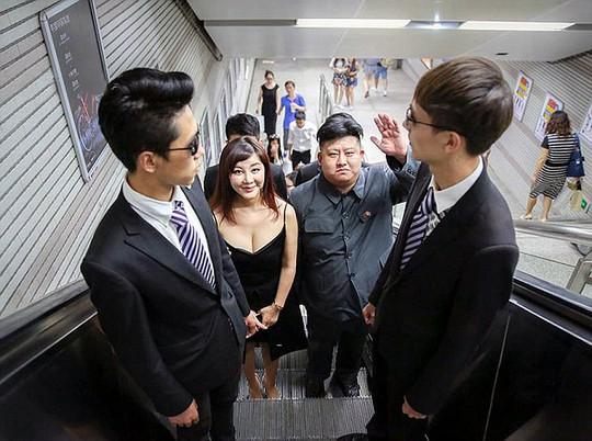 Anh Wang Lei đi cùng cô Liu Zixuan thu hút sự chú ý. Ảnh: Daily Mail