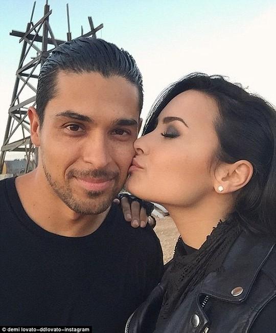 Demi Lovato và bạn trai hơn cô 12 tuổi.