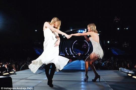Biến sàn catwalk thành nơi nhảy múa