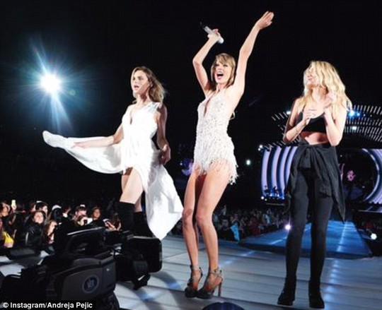 Cả ba nhảy múa trên sân khấu