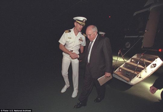 Đêm đó, ông Cheney và vợ đã lên trực thăng để đến một địa điểm bí mật.