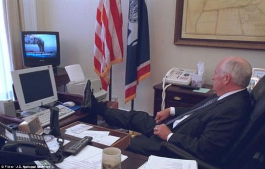 Trong một bức ảnh, Phó Tổng thống Dick Cheney thẫn thờ gác chân lên bàn sau khi xem chương trình thời sự trực tiếp về cuộc tấn công khủng bố ngày 11-9. Chiếc máy bay đầu tiên đâm vào tòa tháp phía Bắc của Trung tâm Thương mại Thế giới lúc 8 giờ 46 phút, chiếc máy bay thứ hai tấn công tòa tháp phía Nam lúc 9 giờ 3 phút.