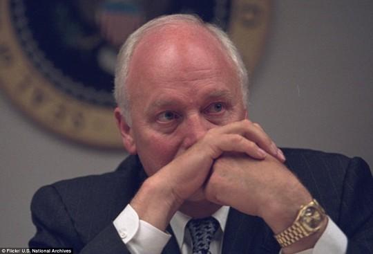 Tháo cặp kính, ông Cheney trầm ngâm đăm đăm nhìn về một hướng khi được đưa được đưa đến Nhà Trắng và xuống Trung tâm Chiến dịch Khẩn cấp của Tổng thống (PEOC), trong một boong-ke dưới lòng đất.