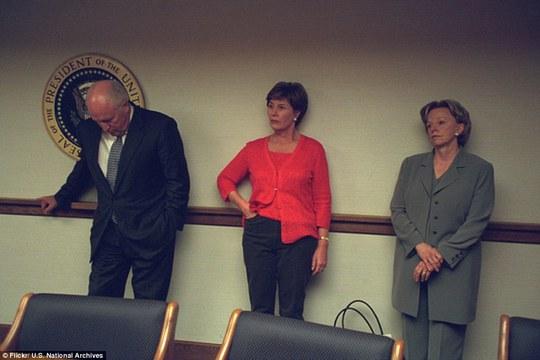 Vẻ mặt căng thẳng, mệt mỏi lộ rõ trên gương mặt ông Cheney và vợ cùng Đệ nhất phu nhân Laura Bush (giữa) khi đứng trong PEOC.