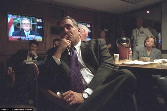 """Giám đốc Cục tình báo Trung ương George Tenet đang xem đoạn phát biểu của Tổng thống Bush về việc """"hứa sẽ tìm ra kẻ chịu trách nhiệm cho vụ này và mang chúng ra trước công lý"""" bởi hành vi """"độc ác, đê hèn của những tên khủng bố""""."""