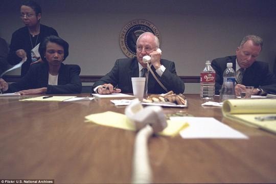 Vào ngày khủng bố tấn công 2 tòa tháp, ông Cheney quản lý tại Nhà Trắng do Tổng thống Bush đến thăm trường học ở Sarasota, Florida.