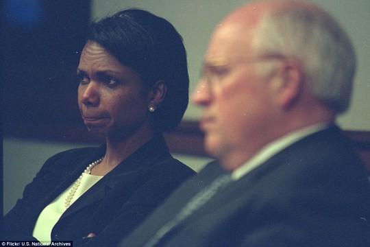 Bà Rice cắn chặt môi khi ngồi bên cạnh Cheney trong PEOC. Trong khi những vị chính khách này ở bên trong hầm ngầm (vốn được xây dựng cho Tổng thống Franklin Roosevelt ẩn nấp trong Chiến tranh Thế giới thứ 2), đã có nhiều thông tin cho rằng sẽ có vài chiếc máy bay khủng bố hướng về phía Nhà Trắng.