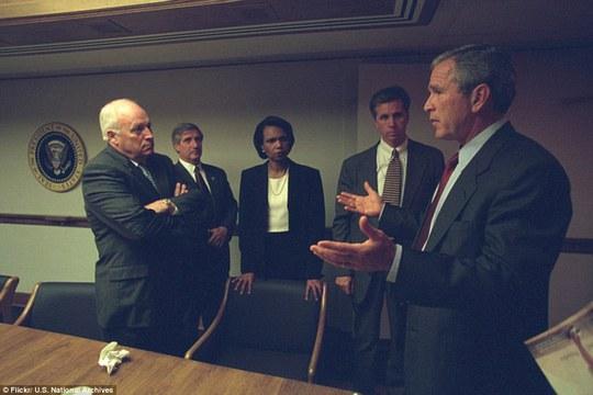 Những hình ảnh chưa từng được công bố đã nắm bắt được khoảnh khắc ông Cheney phản ứng trước cuộc tấn công. Hình bên trái, vị phó tổng thống vò đầu, hình bên phải ông gọi điện thoại trong tình trạng căng thẳng.