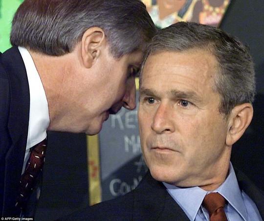 Khoảnh khắc Tổng thống Mỹ Bush sửng sốt khi được nghe thông báo về vụ khủng bố 11-9 từ Tham mưu trưởng Andrew Card, đã công bố trước đó. Lúc này, ông đang tham dự một sự kiện đọc sách trong trường học ở Sarasota, Florida.
