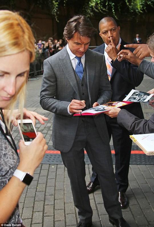 Tom Cruise ký tên cho người hâm mộ