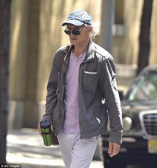 Liam Neeson, 63 tuổi, xuất hiện hốc hác trên phố