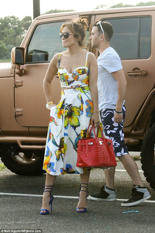 Jennifer Lopez rực rỡ đầm hoa