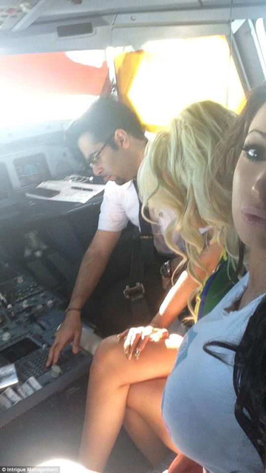 """Người mẫu đăng ảnh """"vui vẻ"""" với phi công trong buồng lái"""