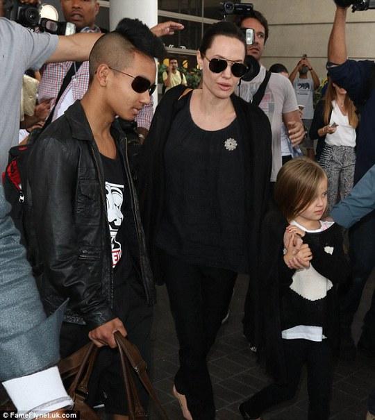 Angelina Jolie và con trai Maddox