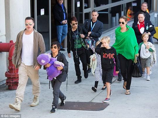 Đại gia đình Brangelina Jolie đi khắp nơi trên thế giới theo những dự án phim
