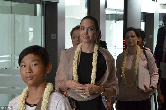Trước đó, Angelina đã gặp các quan chức Myanmar