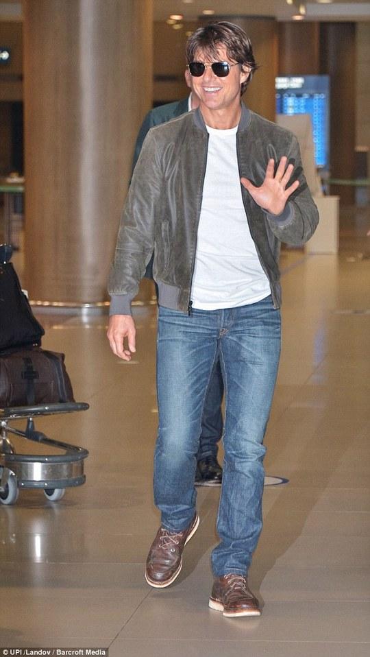 Tom Cruise xuống sân bay