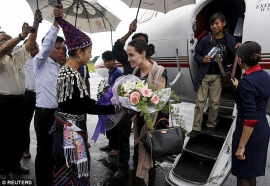 Angelina Jolie và Pax Thiên được chào đón tại bang Kachin