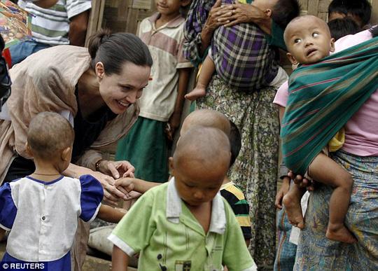 Pax Thiên tháp tùng mẹ thăm trại tị nạn