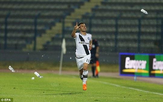 Một cầu thủ của Legia chạy thoát thân trước sự tấn công của các CĐV đội chủ nhà
