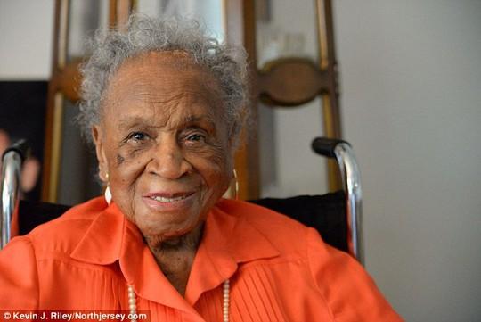 cụ bà Agnes Fenton